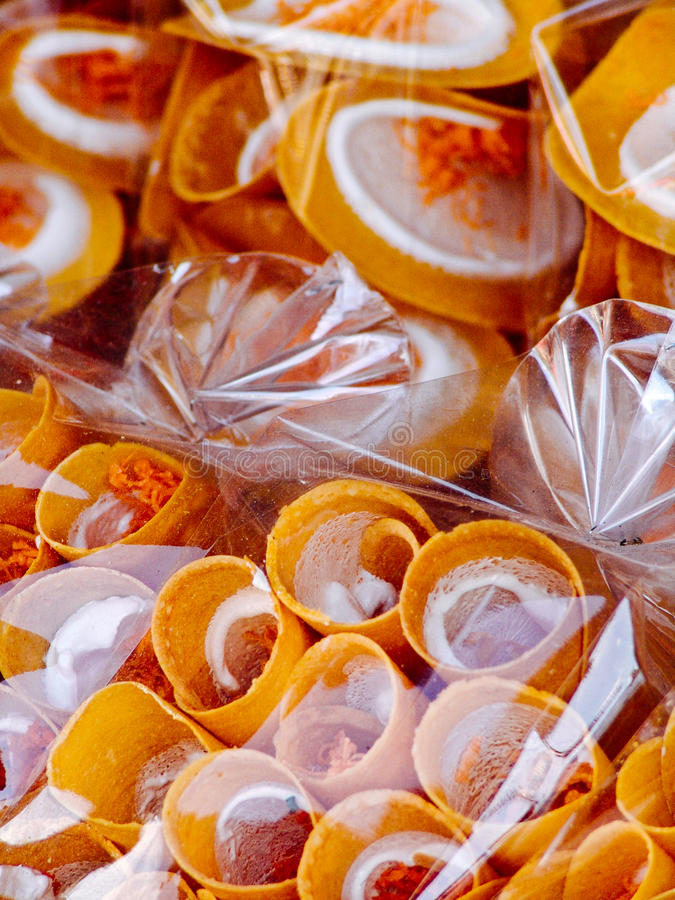 Paradas de calle asiáticas embaladas de las crepes de los crespones de los dulces fotografía de archivo libre de regalías