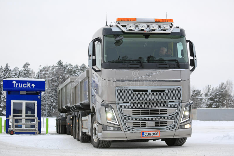 Paradas de caminhão da combinação de Volvo FH16 650 para reabastecer foto de stock royalty free