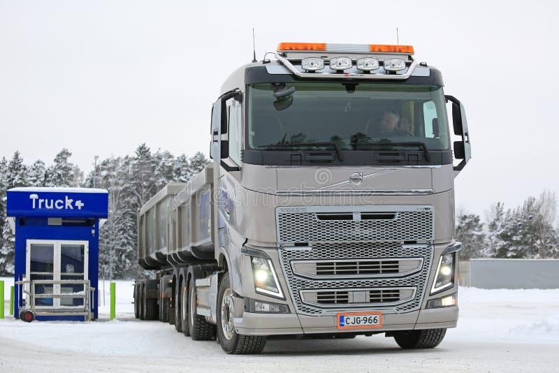 Paradas de camiones de la combinación de Volvo FH16 650 para reaprovisionar de combustible foto de archivo libre de regalías