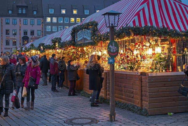 Paradas del mercado con las decoraciones de la Navidad en Nuremberg, Alemania imagen de archivo libre de regalías