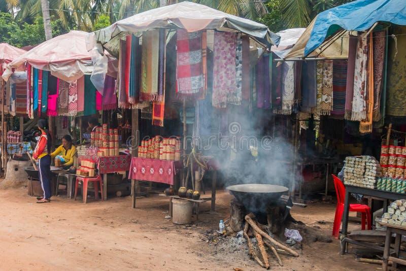 Paradas del vendedor ambulante del borde de la carretera en campo camboyano cerca de Siem Reap fotos de archivo