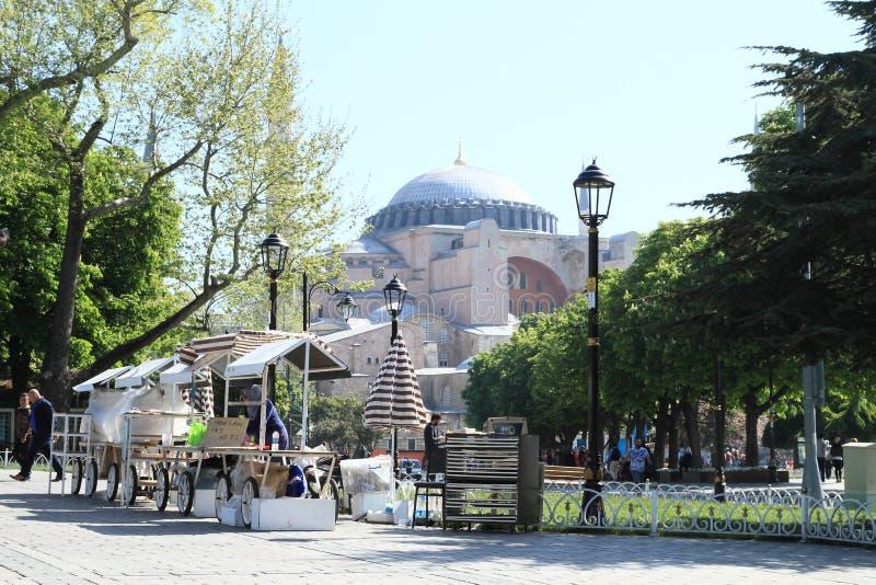 Paradas delante de Hagia Sofía en Estambul fotos de archivo libres de regalías