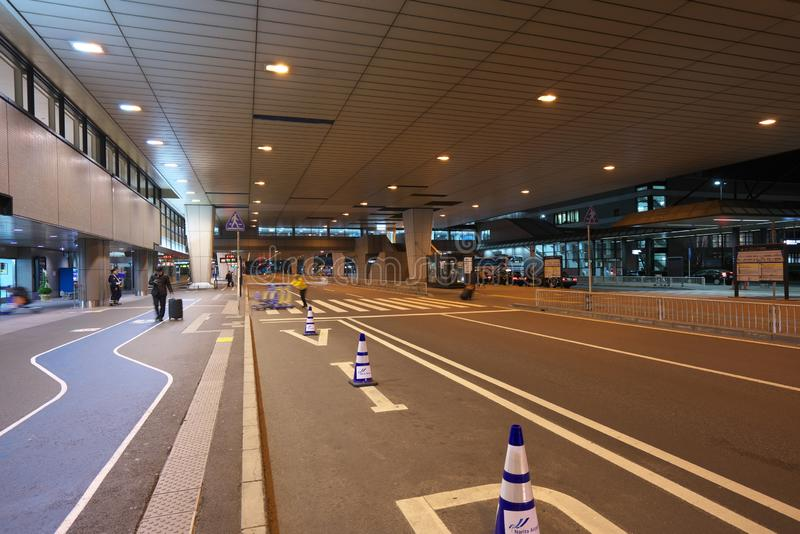 Paradas do ônibus do primeiro andar do terminal de aeroporto internacional 2 de Narita na noite foto de stock
