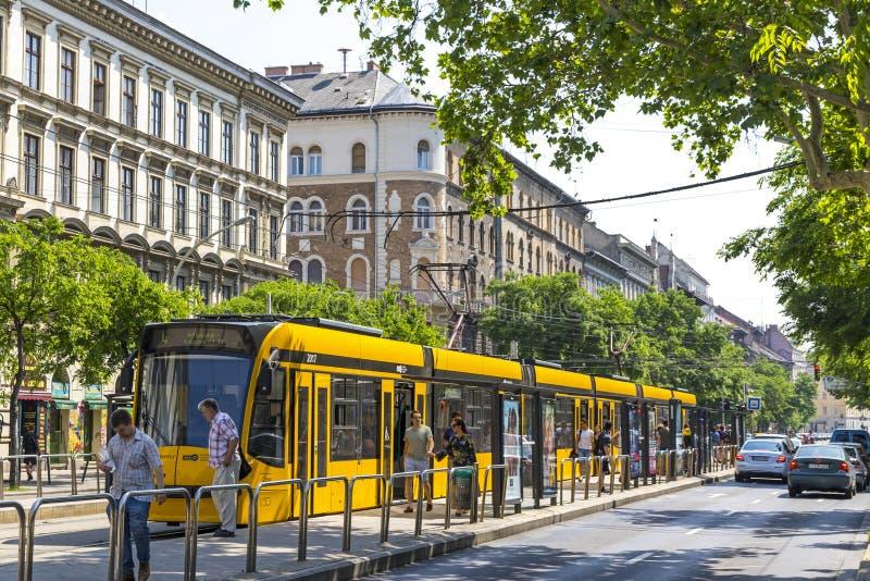 Paradas do bonde na estação do tere de Harminckettesek, Budapest, Hungria imagem de stock royalty free