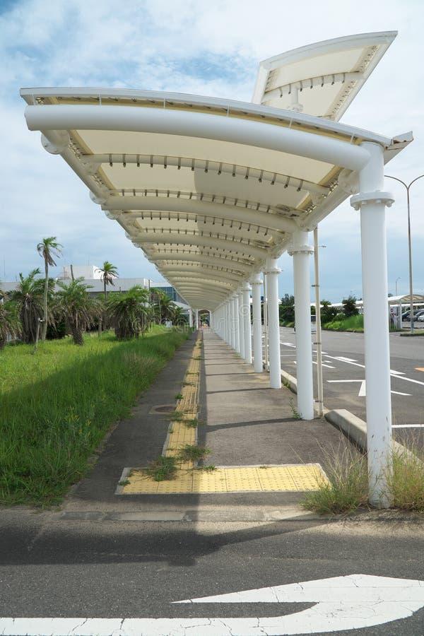 Paradas do ?nibus na constru??o terminal de aeroporto de Amami em Amami Oshima, Kagoshima, Jap?o imagem de stock