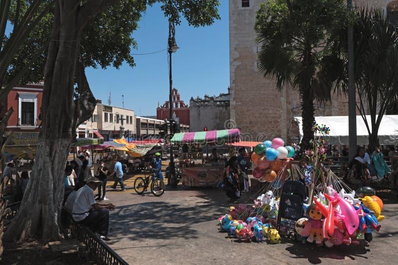 Paradas en el festival de la calle en la plaza de la Independencia t foto de archivo