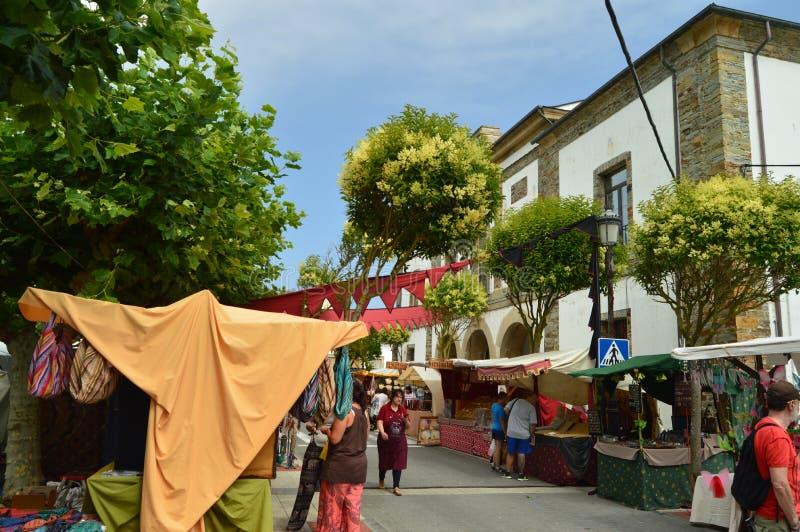 Paradas en el mercado medieval justo en Tapia De Casariego Naturaleza, viaje, reconstrucción fotos de archivo