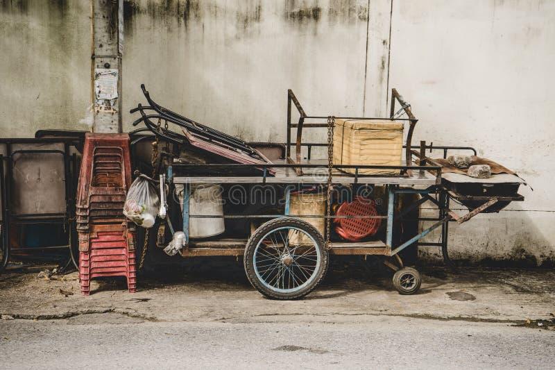 Paradas vacías para vender la comida o el carro móvil de la parada de la comida en stree foto de archivo