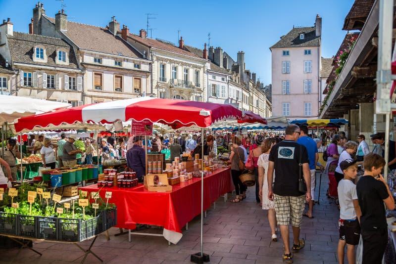 Paradas y compradores del mercado en Beaune, Borgoña, Francia foto de archivo