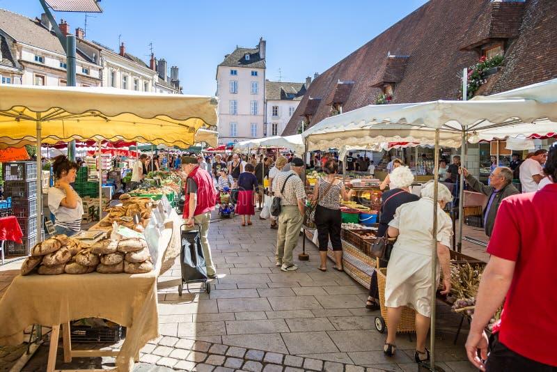 Paradas y compradores del mercado en Beaune, Borgoña, Francia imagenes de archivo