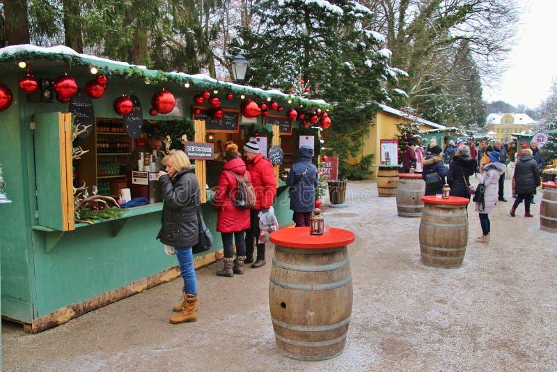 Paradas y visitantes del mercado en el mercado de la Navidad de Hellbrunn Salzburg, Austria fotos de archivo