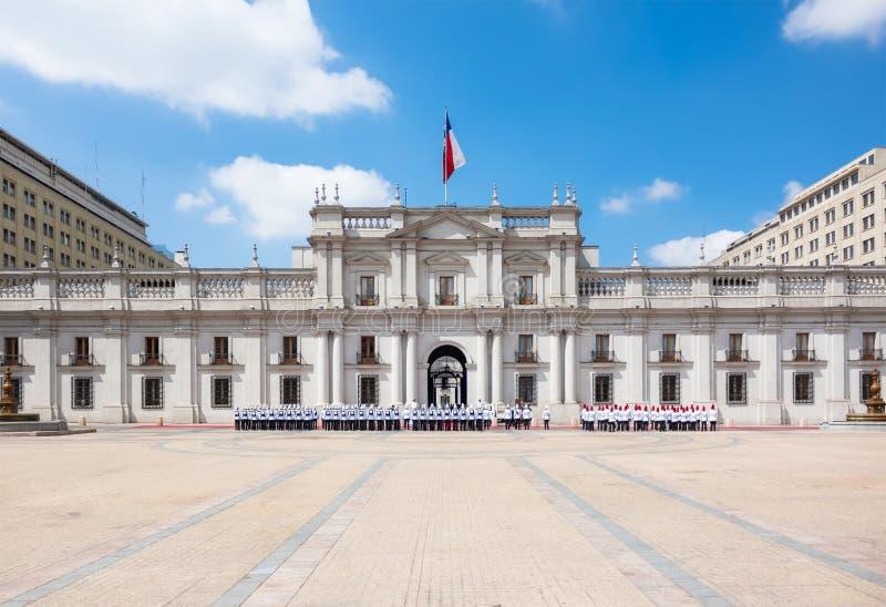 Parade dichtbij La Moneda Palace Palacio DE La Moneda in Santiago stock afbeeldingen