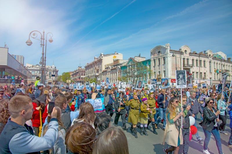 Parade op het vierkante vakantiejaar 9 Mei, 2017 Rusland, Vladivostok stock afbeelding