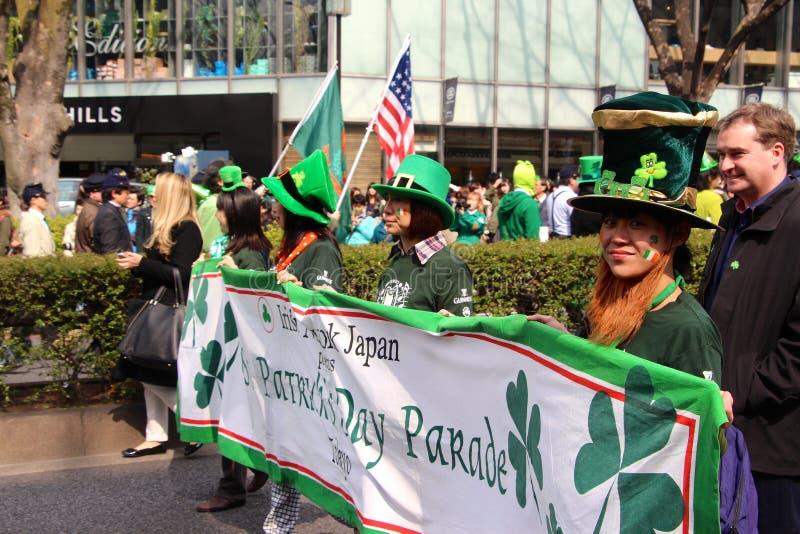 Parade St. Patricks Tagesin beschäftigtem im Stadtzentrum gelegenem Tokyo lizenzfreie stockbilder