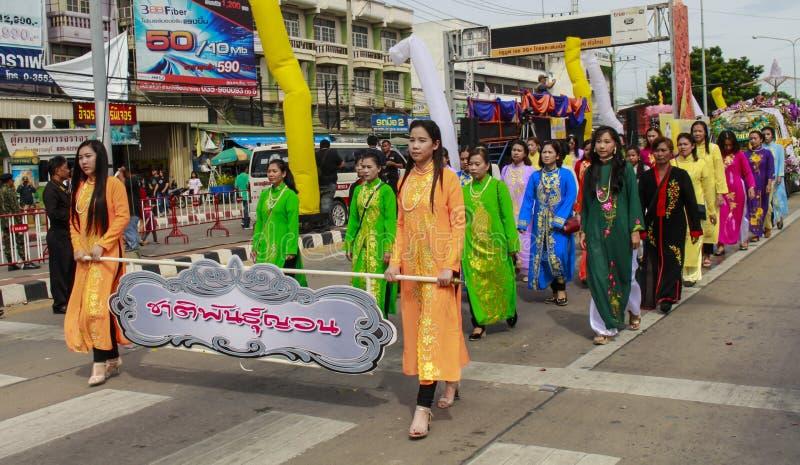 Parade SUPHANBURI THAILAND am 9. Juli 2017 von thailändischen Frauen in den schwarzen thailändischen Kostümen bei buddhistischen  stockfotos