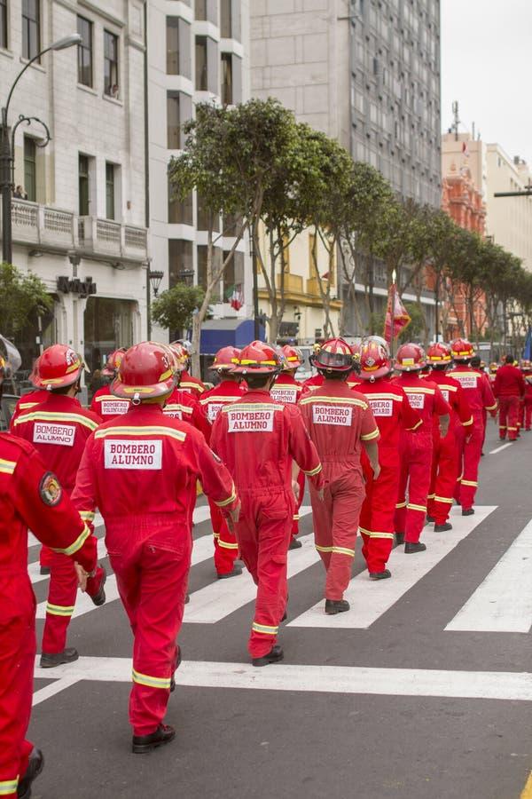 Parade van brandweerlieden in de stad royalty-vrije stock afbeelding