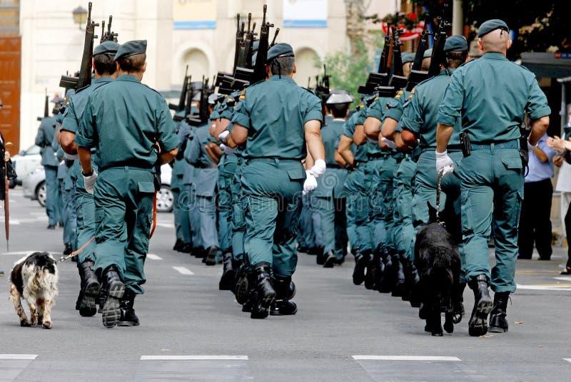 Parade van de Spaanse Burgerlijke Wacht door de straten van Alicante stock fotografie