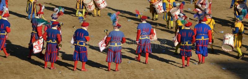 Parade van figurants van de middeleeuwse historische optocht stock fotografie