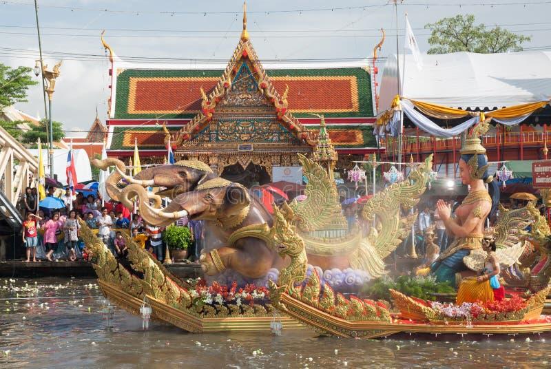 Parade van het Festival van Oneffenheidsbua (Lotus Throwing Festival) in Thailand stock afbeelding
