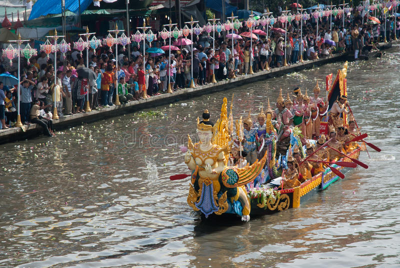 Parade van het Festival van Oneffenheidsbua (Lotus Throwing Festival) in Thailand stock foto