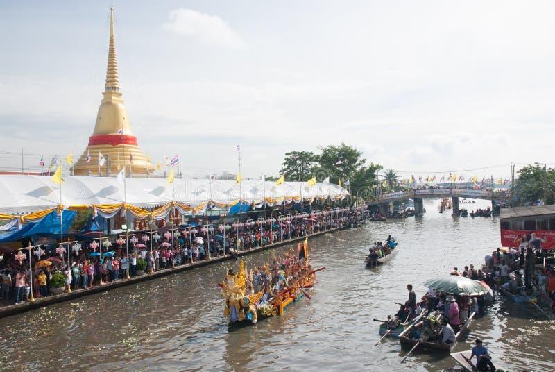 Parade van het Festival van Oneffenheidsbua (Lotus Throwing Festival) in Thailand stock fotografie