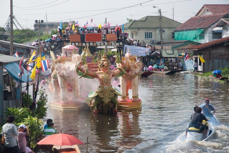 Parade van het Festival van Oneffenheidsbua (Lotus Throwing Festival) in Thailand royalty-vrije stock foto's