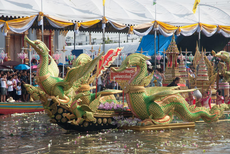 Parade van het Festival van Oneffenheidsbua (Lotus Throwing Festival) in Thailand royalty-vrije stock foto