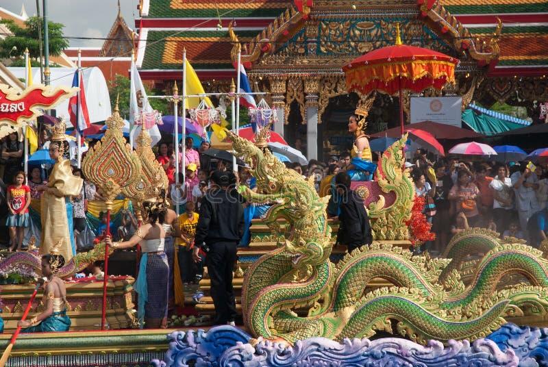 Parade van het Festival van Oneffenheidsbua (Lotus Throwing Festival) in Thailand stock afbeeldingen