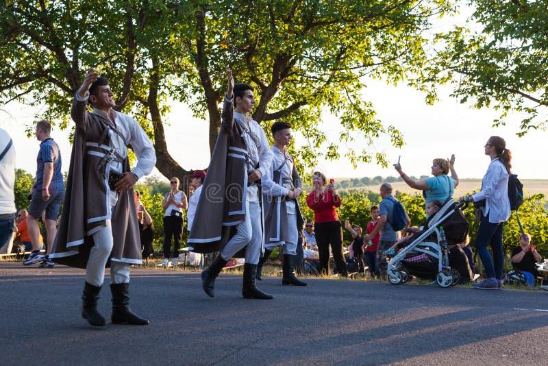 Paradedeelnemers in volkskostuums royalty-vrije stock afbeelding