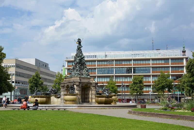 """Paradeplatz вызванное городской площадью """"с фонтаном с большой вызванной скульптурой """"Grupello-Pyramide """" стоковое фото rf"""