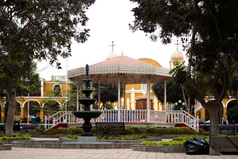 Paradeplatz mit Kathedralenhintergrund stockfotografie