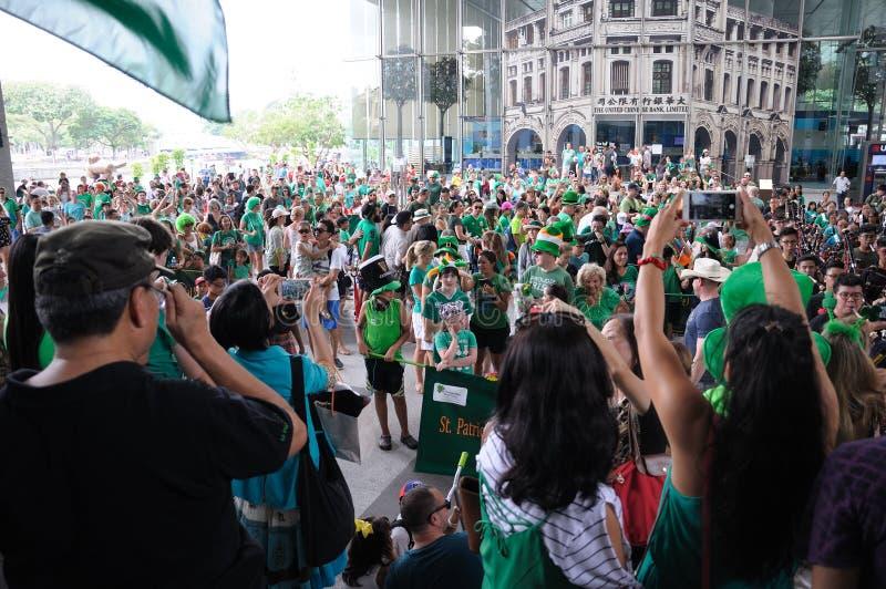 Paraders e a multidão recolhem na plaza de UOB em Singapura durante o dia 2018 do ` s de St Patrick fotos de stock royalty free
