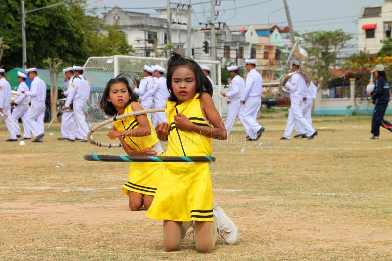 Paraders in het lokale seizoen van het sportenfestival royalty-vrije stock fotografie