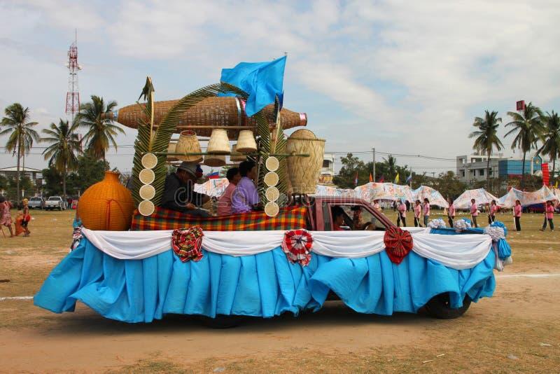Paraders in local mette in mostra la stagione di festival fotografie stock