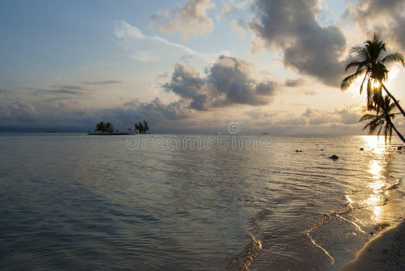 Paradies-Inseln in Guna Yala, Kuna Yala, San Blas, Panama Sonnenuntergang SONNENAUFGANG stockfoto