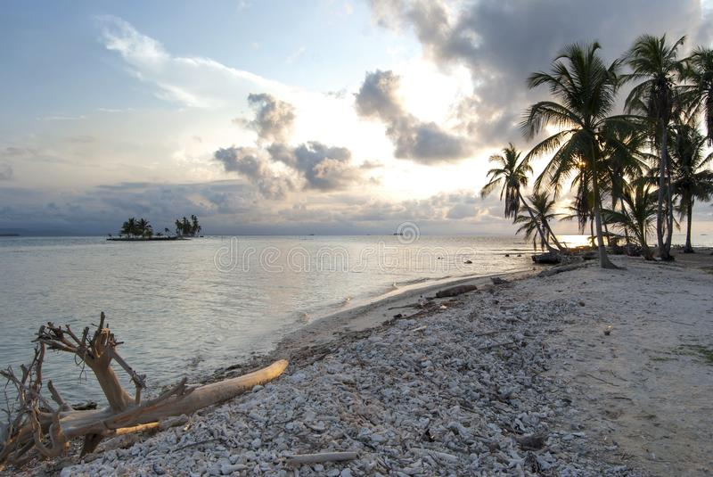 Paradies-Inseln in Guna Yala, Kuna Yala, San Blas, Panama Sonnenuntergang SONNENAUFGANG lizenzfreie stockfotografie