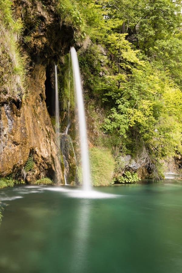 Paradijslandschap met waterval die in een vijver in Plitvice stromen royalty-vrije stock foto
