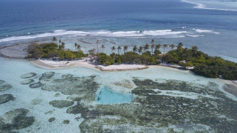 Paradise-de mening van het strandeiland van de lucht stock afbeeldingen