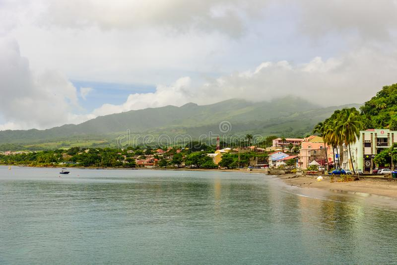 Paradise kust p? Saint Pierre med Mt Pelee aktivt vulkaniskt berg i Martinique, karibiskt hav arkivbild