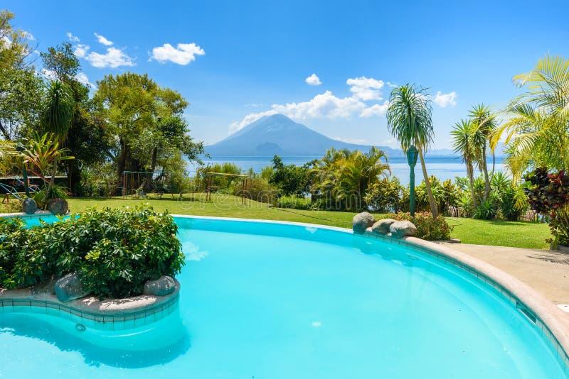 Paradise-Strand mit Stuhl am See Atitlan, Panajachel - entspannend und Erholung mit vulcano Landschaftslandschaft in den Hochl?nd stockfotos