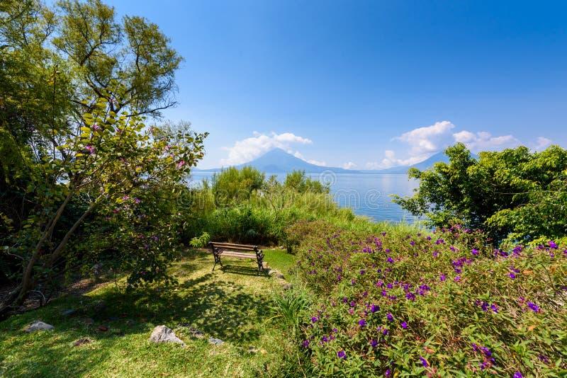 Paradise-Strand am See Atitlan, Panajachel - entspannend und Erholung am Strand mit vulcano Landschaftslandschaft in den Hochl?nd stockfotografie