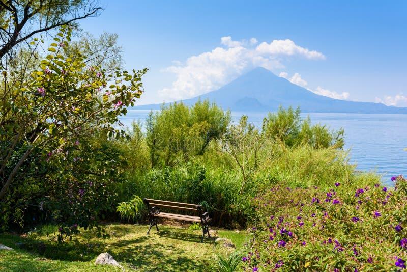 Paradise-Strand am See Atitlan, Panajachel - entspannend und Erholung am Strand mit vulcano Landschaftslandschaft in den Hochl?nd stockbild
