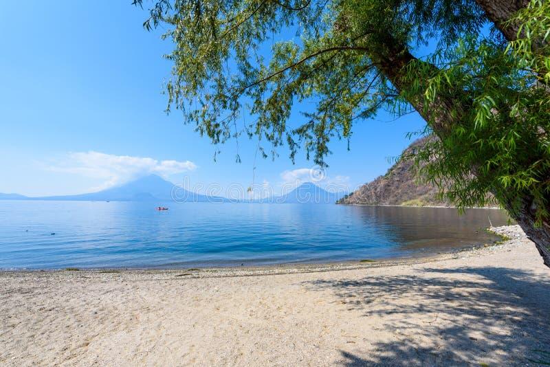 Paradise-Strand am See Atitlan, Panajachel - entspannend und Erholung am Strand mit vulcano Landschaftslandschaft in den Hochl?nd lizenzfreies stockbild