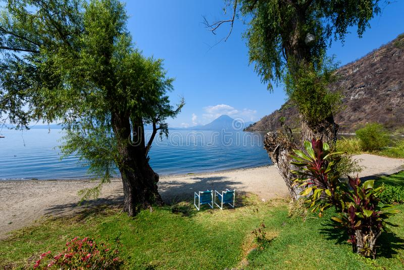 Paradise-Strand am See Atitlan, Panajachel - entspannend und Erholung am Strand mit vulcano Landschaftslandschaft in den Hochl?nd lizenzfreies stockfoto