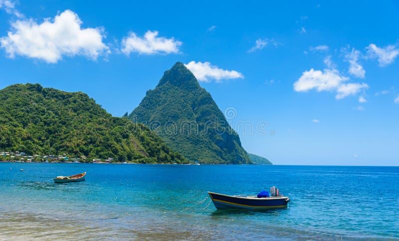 Paradise-Strand an Soufriere-Bucht mit Ansicht zum Kletterhaken an der Kleinstadt Soufriere in der St. Lucia, tropische Karibikin stockbilder