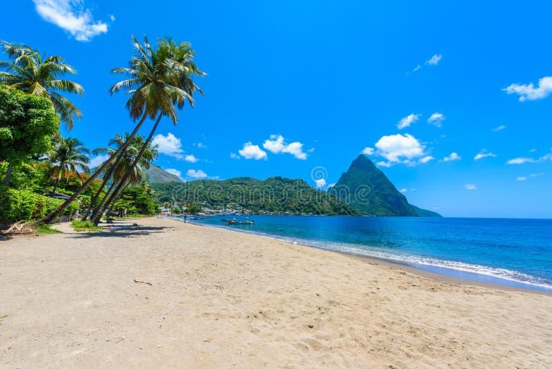 Paradise-Strand an Soufriere-Bucht mit Ansicht zum Kletterhaken an der Kleinstadt Soufriere in der St. Lucia, tropische Karibikin lizenzfreie stockfotografie