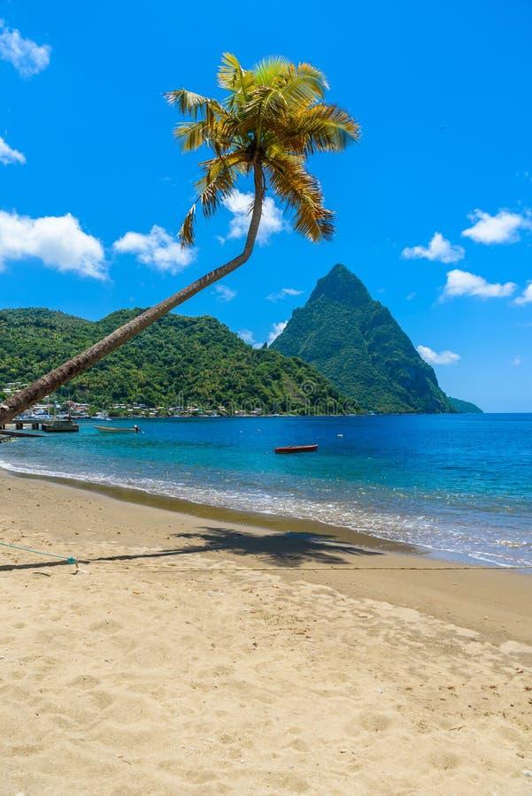 Paradise-Strand an Soufriere-Bucht mit Ansicht zum Kletterhaken an der Kleinstadt Soufriere in der St. Lucia, tropische Karibikin stockfotos