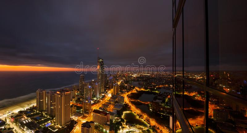 Paradiso dei surfisti alla notte, la Gold Coast Australia immagine stock