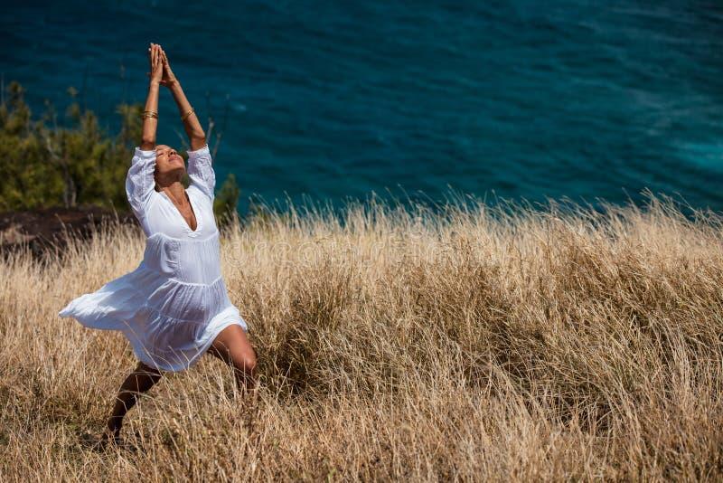 Paradiso una donna nella meditazione e nella preghiera fotografia stock