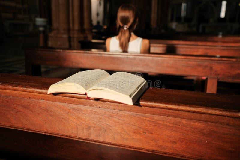 Parafianie i rozpieczętowana modlitewna książka w katedrze w Verona zdjęcie stock